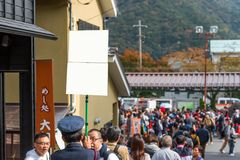 箱根,日本- 2017年11月5日:制服的一个人有在城市街道上的一个标志的 框架例证文本向量 库存图片