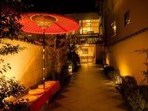 箱根,日本- 2017年7月02日:在一家餐馆里面的扔石头的道路在位于hanami的晚上在京都 库存照片