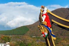 箱根,日本- 2017年11月5日:在一艘船的雕塑反对山背景  免版税库存图片