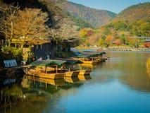 箱根,日本- 2017年7月02日:在湖围拢的小船美丽的樱花树在都市的Chidorigafuchi 库存图片