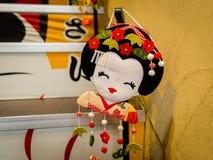 箱根,日本- 2017年7月02日:在被弄脏的背景的日本传统japanesse玩偶大量生产产品 库存图片