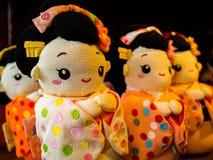 箱根,日本- 2017年7月02日:在被弄脏的背景的日本传统japanesse玩偶大量生产产品 库存照片
