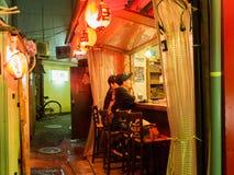 箱根,日本- 2017年7月02日:在餐馆等待的食物外面的未认出的人,位于区  图库摄影