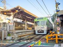 箱根,日本- 2017年7月02日:担当入口入箱根山区度假村的箱根Yumoto驻地 免版税库存照片
