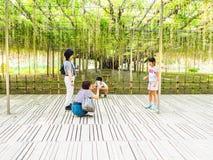 箱根,日本- 2017年7月02日:拍照片的未认出的人民在他们的家庭户外在一个公园在日本 免版税库存照片