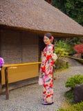 箱根,日本- 2017年7月02日:摆在为照相机和享受城市的看法的未认出的妇女在京都 库存图片
