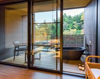 箱根,日本- 2017年11月5日:日本式内部的看法在旅馆里 复制文本的空间 免版税库存照片