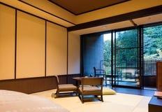 箱根,日本- 2017年11月5日:日本式内部的看法在旅馆里 复制文本的空间 库存图片