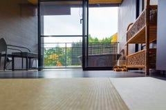 箱根,日本- 2017年11月5日:日本式内部的看法在旅馆里 复制文本的空间 免版税库存图片