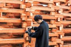箱根,日本- 2017年11月5日:有一台照相机的人在大厦的背景 户外重点有选择性的射击 库存图片