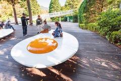 箱根,日本- 2017年11月5日:炒蛋露天博物馆雕塑  复制文本的空间 免版税库存照片