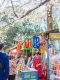 箱根,日本- 2017年7月02日:走买的食物在公园和享受看法的未认出的人民在hanami公园 库存照片