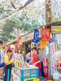 箱根,日本- 2017年7月02日:走买的食物在公园和享受看法的未认出的人民在hanami公园 免版税库存图片