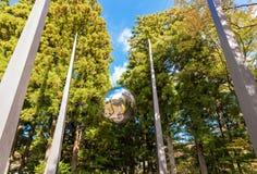 箱根,日本- 2017年11月5日:雕塑镜子球,露天博物馆 复制文本的空间 免版税库存图片