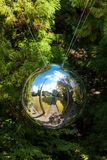 箱根,日本- 2017年11月5日:雕塑镜子球,露天博物馆 特写镜头 库存照片