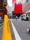箱根,日本- 2017年7月02日:关闭在街道的一个黄色锥体写的词武士有未认出的 免版税图库摄影