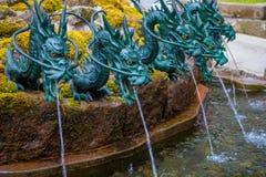 箱根,日本- 2017年7月02日:关闭有一条古铜色龙的一个喷泉在日本 库存照片