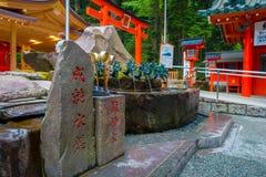 箱根,日本- 2017年7月02日:在一个岩石标志的Chinesse信件,与有一条古铜色龙的一个喷泉在日本 免版税库存照片