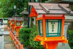 箱根,日本- 2017年7月02日:在一个灯笼在Yasaka或Gion寺庙,被找出的神道圣地的Japanesse词之间 免版税图库摄影