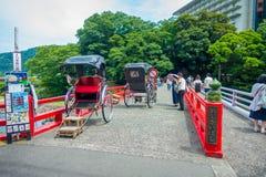 箱根,日本- 2017年7月02日:在一座红色桥梁的Unidentifies人在河在小田原,转折点向箱根 图库摄影