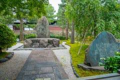 箱根,日本- 2017年7月02日:在公园的美丽的景色有的与一个简短的描述的巨大的岩石在Yasaka寺庙,也 图库摄影