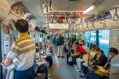 箱根,日本- 2017年7月02日:在多雨和多云天期间,火车内部的未认出的人  库存图片