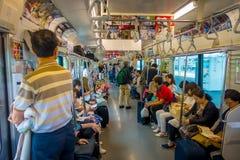 箱根,日本- 2017年7月02日:在多雨和多云天期间,火车内部的未认出的人  免版税库存图片