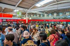 箱根,日本- 2017年7月02日:在多雨和多云天期间,火车内部的未认出的人  免版税库存照片
