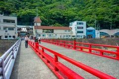 箱根,日本- 2017年7月02日:在河的红色桥梁在小田原,转折点向箱根 免版税库存图片