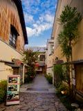 箱根,日本- 2017年7月02日:城市的一条扔石头的道路的好的看法在京都 库存图片
