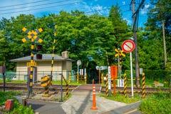 箱根,日本- 2017年7月02日:当心标志,在箱根Tozan缆绳火车线铁路在Gora驻地前 免版税库存图片