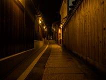 箱根,日本- 2017年7月02日:扔石头的道路在位于hanami的晚上在京都 库存图片