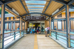 箱根,日本- 2017年7月02日:担当入口入箱根山区度假村的箱根Yumoto驻地 免版税库存图片