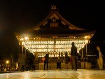箱根,日本- 2017年7月02日:拍照片和享用灯笼的未认出的人民在被找出的晚上点燃  图库摄影