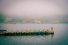 箱根,日本- 2017年7月02日:渔船和箱根红色Torii门在湖Ashi祀奉在有雾的天 免版税库存照片