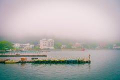 箱根,日本- 2017年7月02日:渔船和箱根红色Torii门在湖Ashi祀奉在有雾的天 免版税库存图片