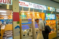 箱根,日本- 2017年7月02日:看食品店的未认出的人街道 免版税库存图片