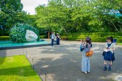箱根,日本- 2017年7月02日:箱根露天博物馆的未认出的人在箱根 箱根露天博物馆是 库存照片