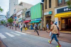箱根,日本- 2017年7月02日:走在街道的未认出的人民 它为箱根Tozan公共汽车也提供公共汽车站 库存图片