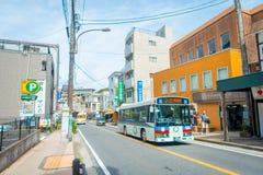 箱根,日本- 2017年7月02日:都市小街道日本式有公共交通工具的在箱根 库存图片