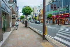 箱根,日本- 2017年7月02日:都市街道日本式有横渡和走动在箱根的人的 库存图片