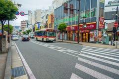 箱根,日本- 2017年7月02日:都市街道日本式有横渡和走动在箱根的人的 免版税图库摄影