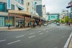 箱根,日本- 2017年7月02日:都市街道日本式有横渡和走动在箱根的人的 图库摄影