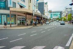 箱根,日本- 2017年7月02日:都市街道日本式有横渡和走动在箱根的人的 库存照片