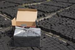 箱椰子shisha的壳木炭 免版税库存图片