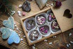 箱糖果和陶瓷别针 免版税库存照片