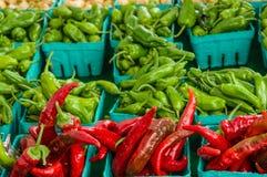 箱红色和绿色辣椒 免版税库存图片