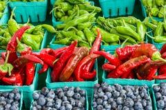 箱红色和绿色辣椒 免版税库存照片