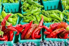 箱红色和绿色辣椒 免版税图库摄影