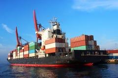 货箱船装货 免版税库存照片